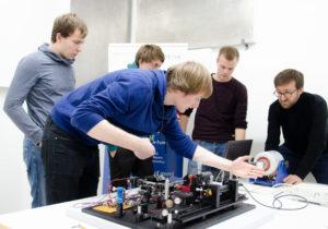 Die Studenten stellen ihr Laser-Vibrometer im Labor des Ingenieurbüros Kötter ein. Mit dabei: Mitarbeiter Sven Rechenberger (r.). (Foto: FH Münster/Theresa Gerks)