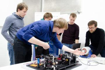 ie Studenten stellen ihr Laser-Vibrometer im Labor des Ingenieurbüros Kötter ein. Mit dabei: Mitarbeiter Sven Rechenberger (r.). (Foto: FH Münster/Theresa Gerks)