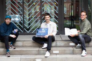 Nach einem Semester der Recherche zu digitalem Lesen folgte ein weiteres für die Umsetzung: Konstantin Schulze, Adrian Szymanski und Pascal Reckel haben ein transmediales Magazin entwickelt (v.l.). (Foto: FH Münster/Anne Holtkötter)