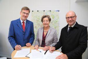 (v.l.:) Prof. Johannes Wessels, Prof. Ursula Nelles und Markus Lewe unterzeichneten die Absichtserklärung. (Foto: Presseamt Münster)