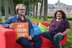 """Ein knallrotes Sofa inmitten der Stadt – das ist das Symbol mehrerer Initiativen für mehr Wohnraum in Münster. Tim Osterhaus, ehemaliger Referent des AStA der WWU, ist Initiator der Aktion """"Rotes Sofa"""", die auch Roxana Raphael-Kuttig, AStA-Vorsitzende der FH Münster, tatkräftig unterstützt. (Foto: FH Münster/Pressestelle)"""
