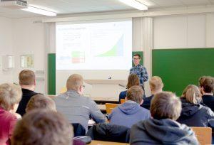 Max-Fabian Volhard sprach bei den Lectures for Future unter anderem über das Umweltproblem Plastik und seine Forschungen am Fachbereich Chemieingenieurwesen dazu. (Foto: FH Münster/Theresa Gerks)