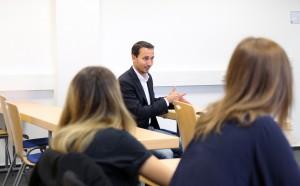 Markus Kreuz, Kämmerer der Stadt Hamm, erklärt den Studierenden, was in dem Projekt zu tun ist. Kreuz hat selbst auch an der FH Münster BWL studiert. (Foto: FH Münster/Pressestelle)