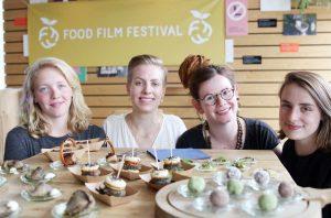 (v.l.:) Rosa Diekmann, Linda Reichelt, Janina Hielscher und Anna Messerschmidt veranstalten das dritte Food-Film-Festival in Münster. (Foto: FH Münster)