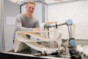 Prototyp geglückt: Moritz Wesseler mit seinem 3-D gedruckten, ergonomischen Tisch im Maßstab 1:2. (Foto: FH Münster/Pressestelle)