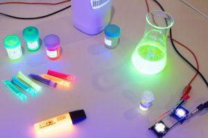 In seiner Projektarbeit hat sich Leon Focks mit Pyranin und YAG:Ce beschäftigt – beides bringt Materialien zum Leuchten. (Foto: FH Münster/Pressestelle)