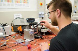 Letztes Semester hat Torben Ernst im Labor mit verschiedenen Sensoren und Keramiken gearbeitet. (Foto: FH Münster/Theresa Gerks)