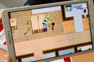 """Wer """"Take Care"""" spielt, interagiert mit den Bewohnerinnen und Bewohnern eines Pflegeheims und dem Personal – und lernt schnell, mit unterschiedlichsten Situationen fertig zu werden. (Foto: FH Münster/Katharina Kipp)"""