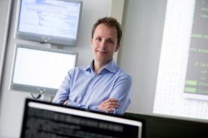 IT-Sicherheitsexperte Prof. Dr. Sebastian Schinzel lehrt und forscht an der FH Münster. Die Entwicklung der Corona-Warn-App behielt er aufmerksam im Blick. (Foto: FH Münster/Wilfried Gerharz)