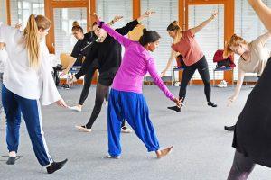 Nach einem theoretischen Input erarbeiten die Studierenden der Summer School gemeinsam eine interkulturelle Tanzchoreografie (Foto: FH Münster/Stefanie Gosejohann)