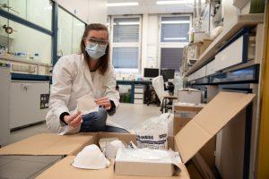Doktorandin Saskia Kerkeling zeigt einige der FFP2-Masken, die sie gemeinsam mit Christian Sandten untersucht hat. (Foto: FH Münster / Katharina Kipp)