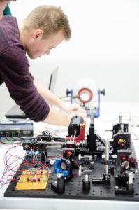 Ein halbes Jahr Projektarbeit steckt in dem selbstgebauten Laser-Vibrometer, das über vier Photodioden ein Frequenzspektrum erfassen kann. (Foto: FH Münster/Theresa Gerks)