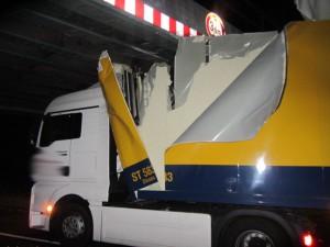 Bei dem Unfall unter einer Eisenbahnbrücke wurde der Fahrer des LKW schwer verletzt. (Foto: POL MS)