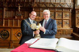 Bundespräsident Steinmeier (re.) mit Oberbürgermeister Lewe im Friedenssaal beim Trunk aus dem Goldenen Hahn. (Foto: Presseamt Münster / MünsterView)