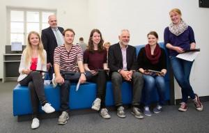 Bibliotheksleiter Dr. Oliver Obst (3.v.r.) und Studiendekan Dr. Bernhard Marschall (2.v.l.) mit Studierenden bei der Ausgabe der 200 Tablet-Computer (Foto: FZ/Schirdewahn)