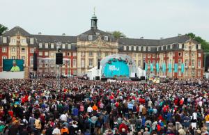25.000 Teilnehmer kamen zum Katholikentags-Gottesdienst zum Schloss. (Foto: Benedikt Plesker)