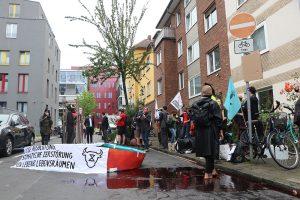 Aktivisten von Extinction Rebellion und Animal Rebellion demonstrierten vor der Westfleisch-Zentrale in Münster mit 1.000 Liter Kunstblut. (Foto: Extinction Rebellion)