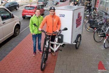 """Björn Paulus (l.) und Patrick Melcher wollen mit ihrem Paketdienst """"BoxFox"""" die Wohngebiete entlasten und pünktlich liefern. (Foto: Michael Bührke)"""