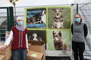 Jawairiyah Zinnecker von der Stadtbücherei (l.) übergibt die Buchspenden der Stadtbücherei an Christin Hüffer, Mitarbeiterin des Tierheims. (Foto: Tierheim Münster)