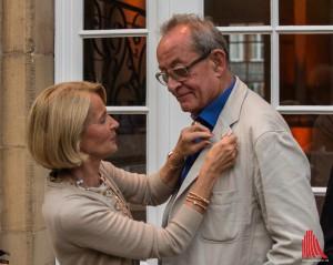 Ein kurzer feierlicher Moment: Madeleine Freisfeld steckt Kasper König die Goldene Putte ans Revers. (Foto: ml)