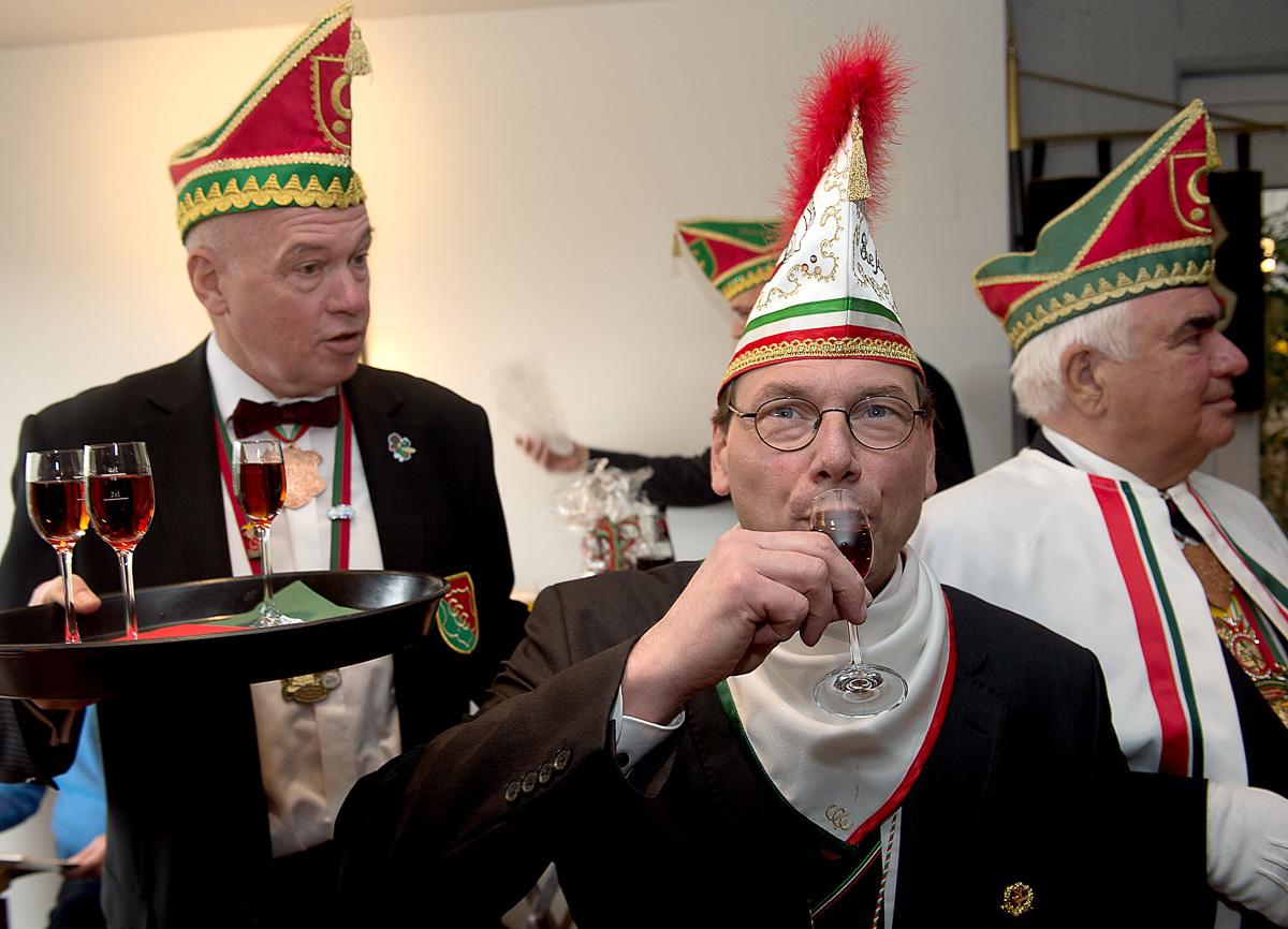 """Jürgen Felmet, Vorsitzender des Tanzsportvereins der KG Die Schlossgeister, trank zur Taufe das berühmte Coerder """"Mückenblut"""". (Foto: Linke)"""