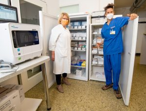 Noch lagern andere Dinge in den Kühlschränken des Clemenshospitals und der Raphaelsklinik. Doch Dr. Katharina Fastenrath (li.) und Dr. Carolin Dame hoffen, dass hier bald das Corona-Impfserum bereitsteht.(Foto: Alexianer)