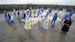 """Klinikmitarbeiter tanzen gegen den Corona-Frust die """"Jerusalema-Challenge"""", hier auf dem Hubschrauber-Landeplatz auf dem Dach des Clemenshospitals. (Foto: Alexianer Misericordia GmbH)"""