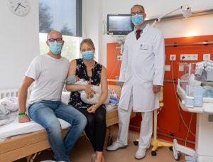 Christina und Moritz auf der Kinder-Intensivstation zusammen mit Dr. Rüdiger Langenberg (r.) darum kümmern, dass es dem Neugeborenen an nichts fehlt. (Foto: Clemenshospital)