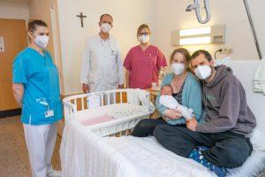 Arne (r.) und Vera Osthues (2.v.r.) genießen mit Sohn Florian die Tage nach der Geburt. Julia Pupp, Dr. Rüdiger Langenberg und Ann-Kathrin Everwin (v.l.) freuen sich mit den jungen Eltern. (Foto: Clemenshospital)