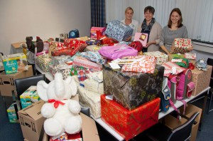 Überwältigt von der Menge an Geschenken waren (v. l.) Andrea Frye, Reinhild Everding und Sonja Buske vom Clemenshospital. (Foto: Pressebild)