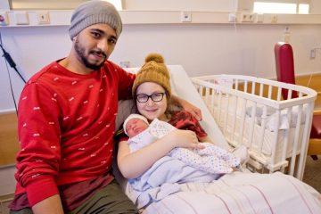 Ahmed Al-Talabanee und Lisa-Marie Teine freuen sich über die glückliche Geburt ihrer Tochter Leyla um 1.01 Uhr am Neujahrsmorgen. (Foto: Clemenshospital / Michael Bührke)