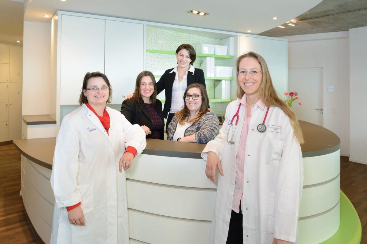 Bei Dr. Nikola Knoblauch (vorn re.) und Dr. Alexandra Brauer (vorn li). sowie ihrem Team der Campus-Praxis sind Patienten in besten fachlichen Händen (Foto: FZ / Tronquet)