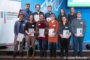 Jonas Wintermantel (2.v.l.o.), Marie Brand und Laura Bartels (3./4.v.l.u.) nahmen die Preise für Radio Q entgegen. (Foto: Guido Schiefer)