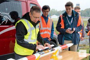 Louis Schreyer von der AG Modellraketen Deutschland schließt den Deckel, unter dem sich drei Dosensatelliten verbergen (Foto: Bührke)