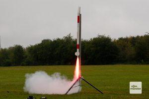 Fauchend hebt die Rakete mit ihrer sensiblen Fracht von der Startrampe ab (Foto: Bührke)