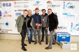 Ruben Förster, Pepe Berges, Luca Sapion, Marvin Langenberger und ihr Lehrer Dirk Weischer mit dem erfolgreich geborgenen CamSat (Foto: Bührke)