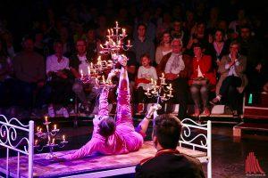 Unglaubliche Akrobatik mit Kerzenleuchtern, hier ist Körperbeherrschung gefragt. (Foto: kd)