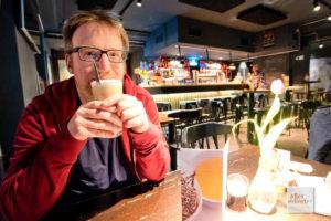 Jens Heinrich Claasen ist nicht alles latte, bis auf dieses Heißgetränk (Foto: Michael Bührke)