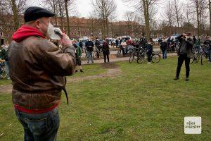 """Carsten Peters vom Bündnis """"Keinen Meter den Nazis"""" spricht zu den Gegendemonstranten (Foto: Bührke)"""