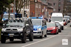 Der Autokorso wurde von Polizeikräften begleitet (Foto: Bührke)