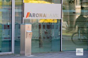 """Die """"Aronabank"""" gibt es in Münster nur, wenn eine Wilsberg-Folge gedreht wird. Diesmal residierte sie in der Bezirksregierung am Domplatz. (Foto: Michael Bührke)"""