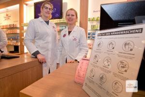 Babette Podlinski (l.) und Corinna Ruhland (r.) von der Hohenzollern Apotheke in Münster. Auch dort ist das Coronavirus ein großes Thema. (Foto: Michael Bührke)