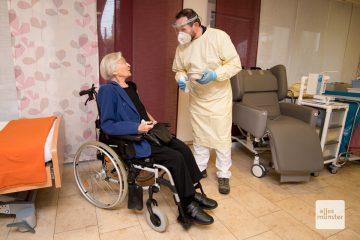 Dr. Peter Münster (r.) hat bei Maria Nienhaus eine der ersten Corona-Schutzimpfungen durchgeführt (Foto: Bührke)