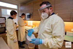 Dr. Peter Münster (r.) präsentiert eine einsatzbereite Spritze, während Dr. Armin und Martina Schuster im Hintergrund das Impfserum einsatzbereit machen (Foto: Bührke)