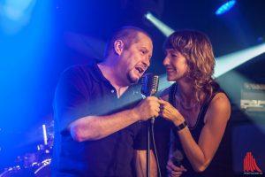 Bei der Covernight singt der Chef schon mal selbst. Thorsten Brinkmann mit Nadine von Undercover. (Foto: Stephan Günther)