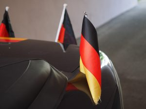 Wer Fanartikel am Auto befestigt, muss auf deren festen Sitz achten. (Foto: CC0)
