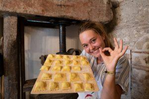 Praktikantin Larissa beim Pastakurs in Italien. (Foto: Urlaubsguru / Larissa Piening)