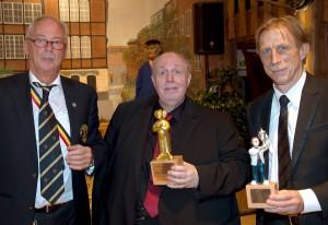 Ehrenpräsident Heinz Seeger (li.) moderierte charmant und mit Wortwitz (mi.) wurde mit dem Oskar der Paohlbürger ausgezeichnet. Die Laudatio hielt Trainerikone Christoph Daum. (Foto: Wolfram Linke)