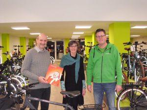 Gewinner Frank Wachtmeister (links) mit der Leiterin der Krebsberatungsstelle Gudrun Bruns und dem Geschäftsführer der Emotion e-Bike Welt MünsterChristian Tomkötter. (Foto: Krebsberatungsstelle)