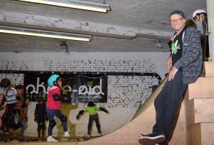 Integration mit dem Brett: skate-aid-Initiator Titus Dittmann organisiert mit seinem Team Workshops für Flüchtlingskinder. (Foto: Maik Giersch)